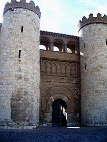 Portada de acceso al Palacio de la Aljafería.