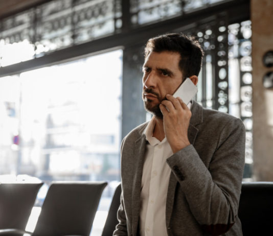 persona-hablando-por-telefono