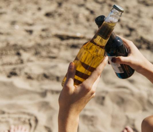 cerveza en la playa o montaña